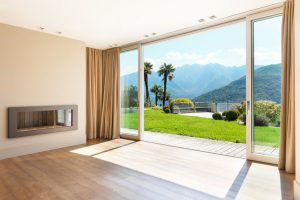 jolie salon avec une grand baie vitrée